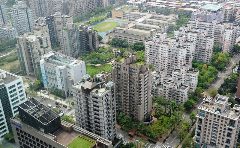 國內房市疲軟,房仲業大逃離,投資房市的資金一併外移。