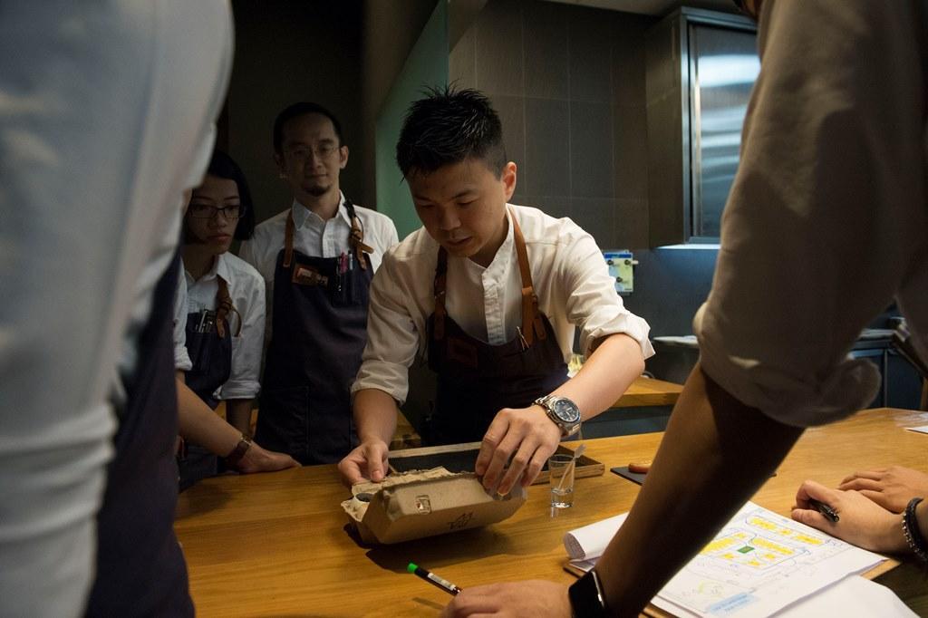 主廚Alain在開場前集合服務人員講解菜單,造就了細膩又專業的桌邊服務。