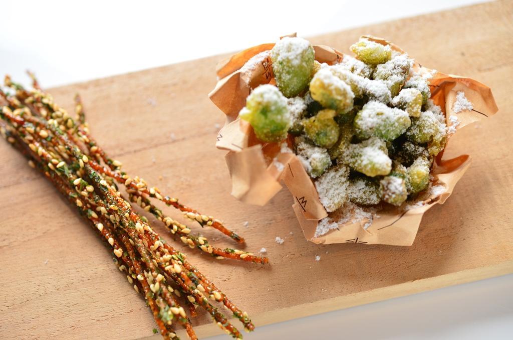 「點心麵」(左)外裹鹹甜醬汁,味覺像小時候吃的海苔麻花,卻更香脆涮嘴。