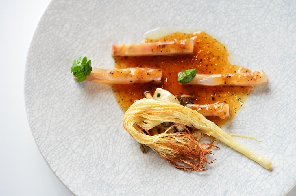 肉凍搭配炸檳榔花與菇蕈,甘中帶有微苦後韻。