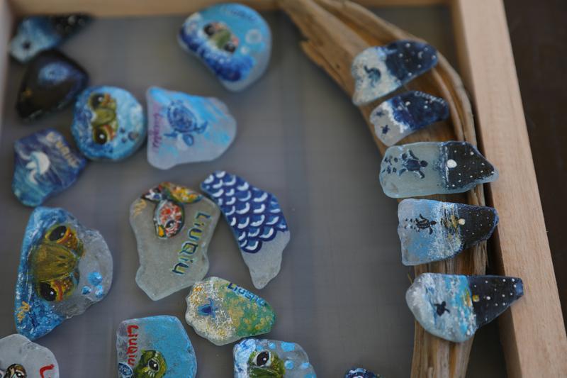右邊的海灘貨幣畫的是海龜誕生的系列彩繪,讓人忍不住想蒐藏。