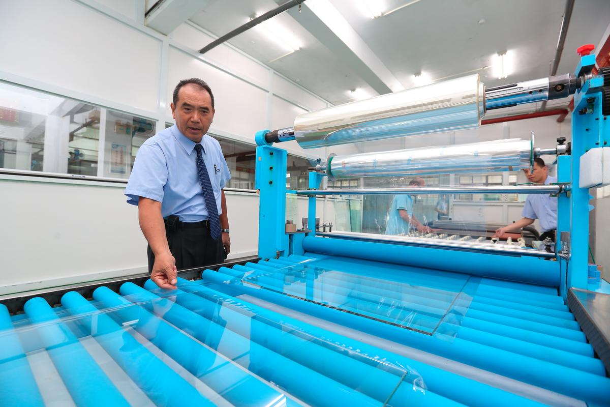 為預防千分之3浴室玻璃自爆機率,洪團樟砸300萬元引進自動貼膜機,可降低5成人工貼膜成本。