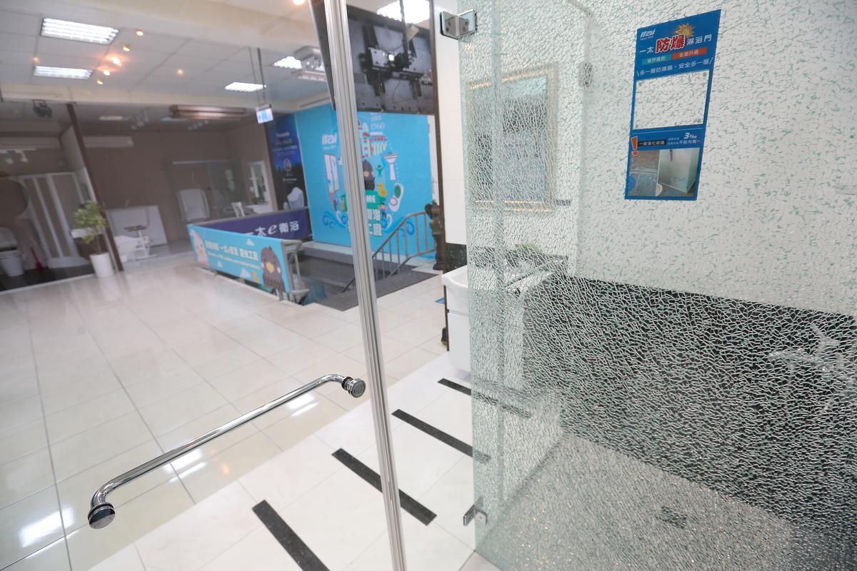 玻璃貼上防爆貼膜後,即使碎裂也不會割傷人。