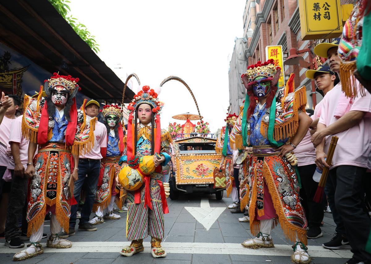 今年霞海城隍祭「暗訪」八將陣頭中,由小孩扮演的引路童子,手拿葫蘆收伏鬼妖。