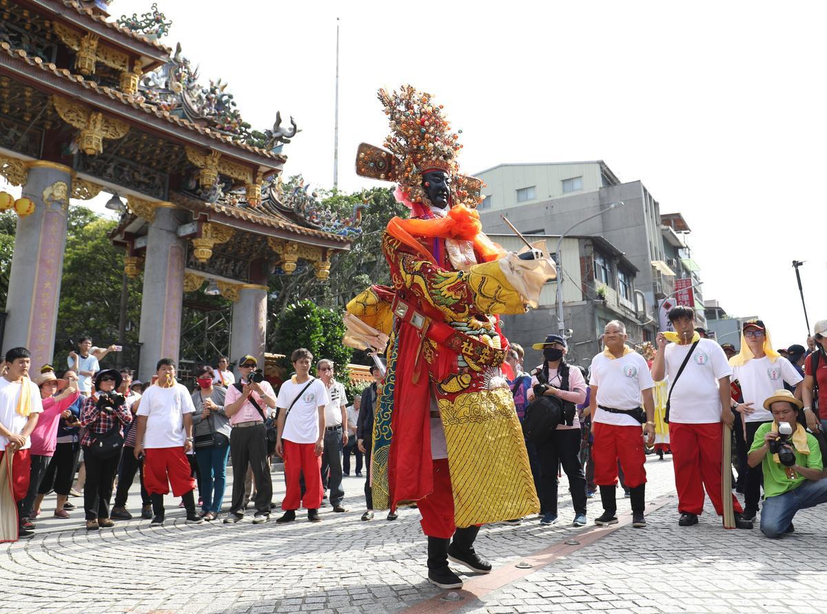 「迎城隍」這一天,城隍部將文判官也會加入陣頭行列。