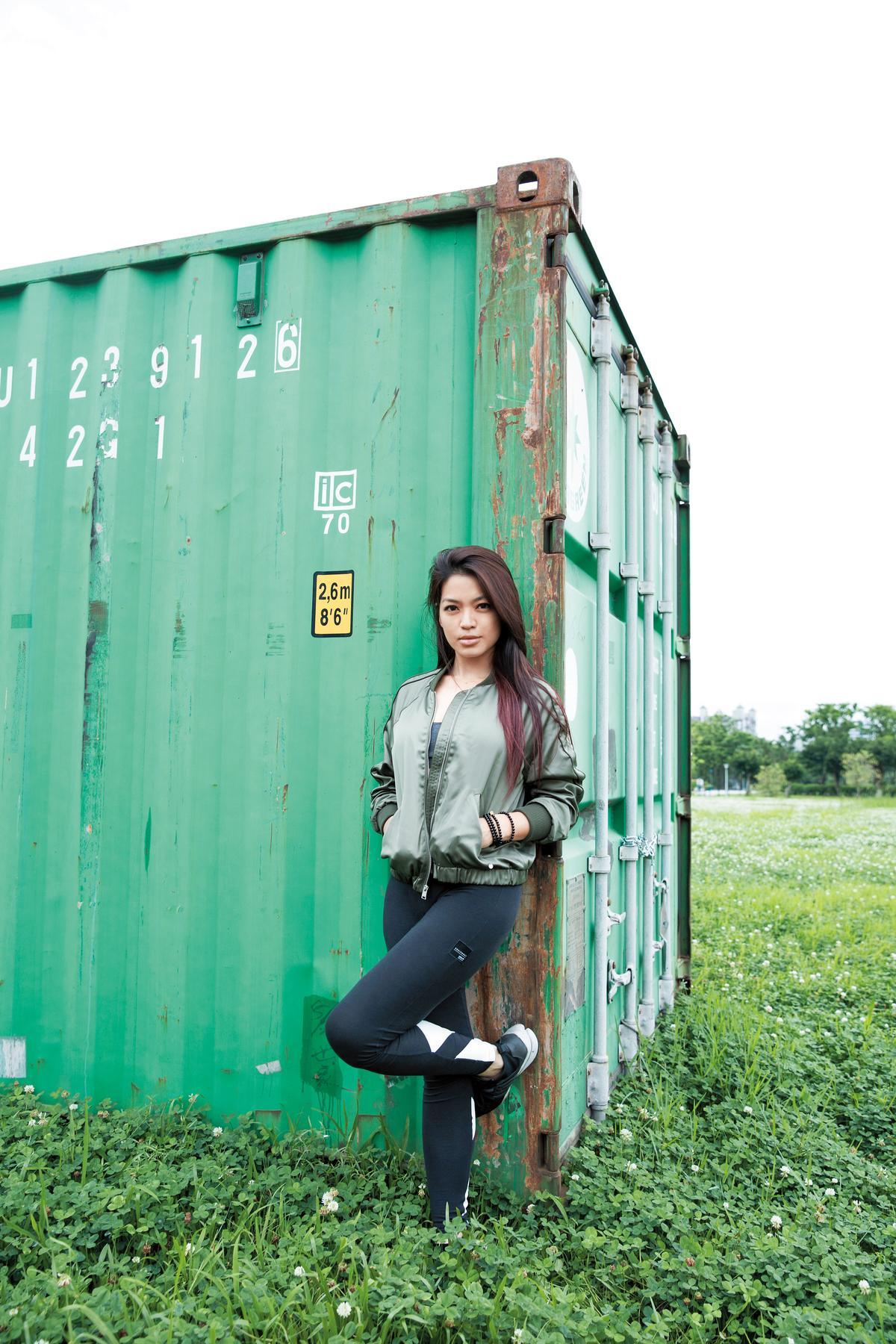 Abercrombie &Fitch軍綠色運動夾克,約NT$4,000;ROXY運動Bra,約NT$1,800;adidas黑色運動leggings,約NT$2,000;NIKE球鞋,約NT$5,000。
