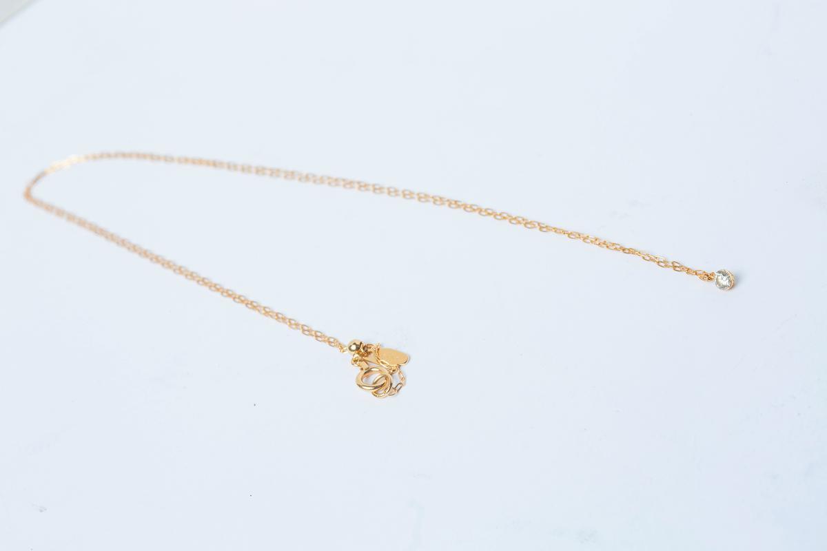 agete鑲鑽項鍊,約NT$20,000。