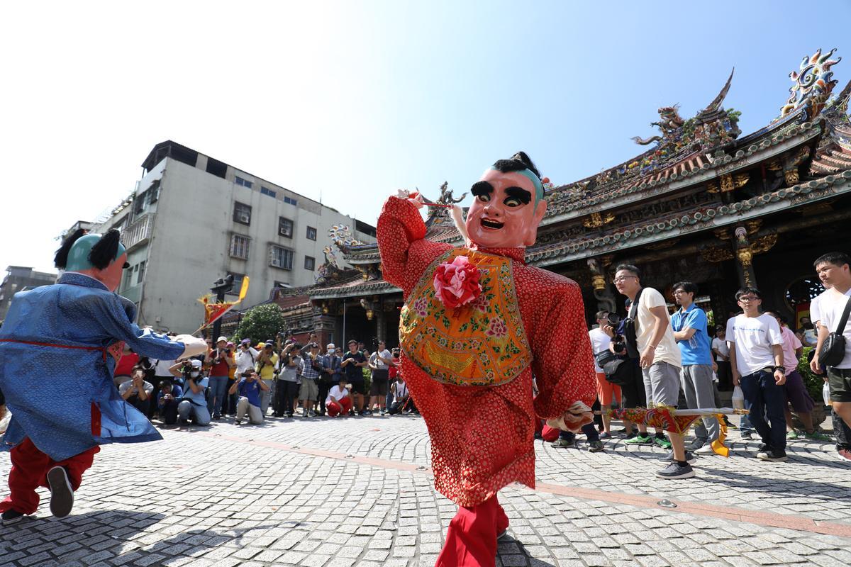 「迎城隍」日巡時有各式各樣精彩陣頭表演,彷彿就是一場華麗的街頭秀。