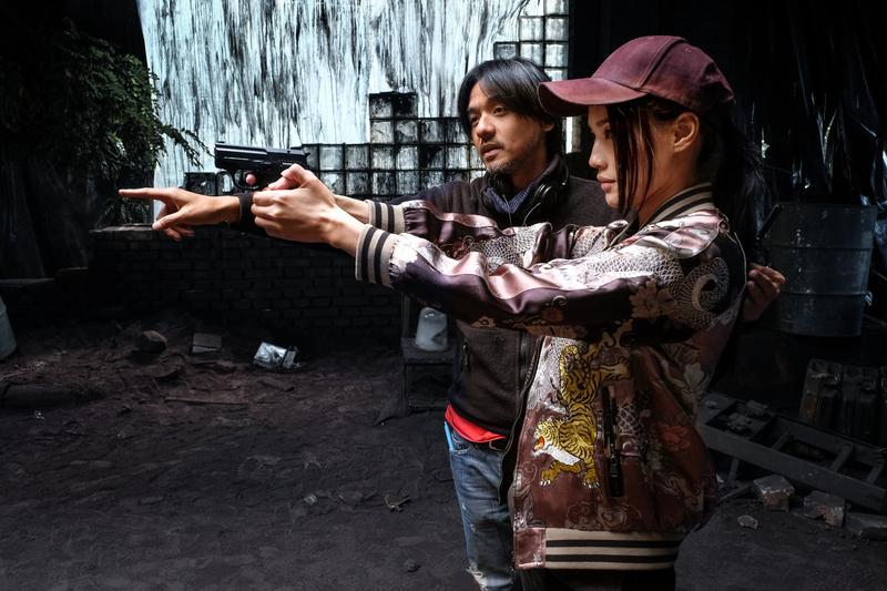 舒淇終於跟老公馮德倫同框,只不過是在拍電影的場合,而且是馮德倫指導她如何拿槍。