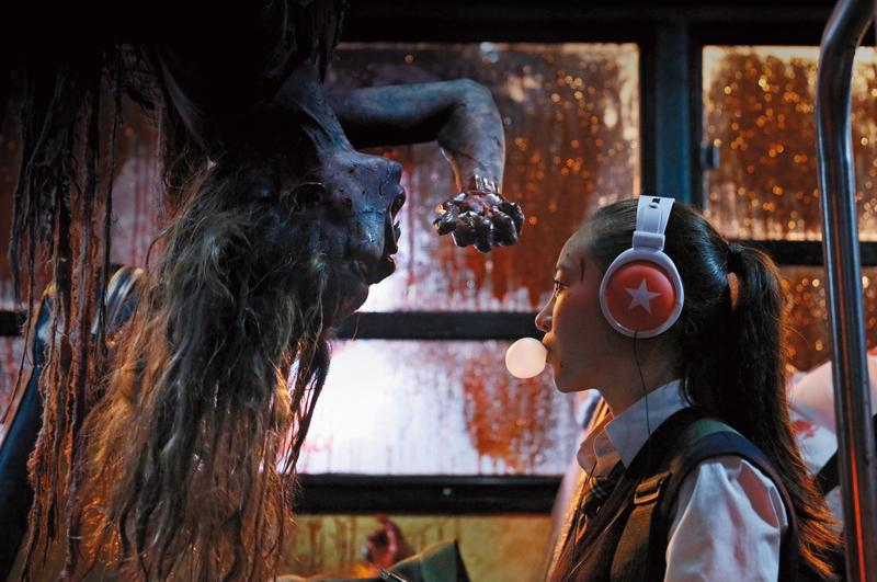 《報告老師!怪怪怪怪物!》大噴血漿,特效用心,有國片少見的狂歡、淋漓感。但電影本身混亂吵鬧,影像張力也不足。(威視提供)