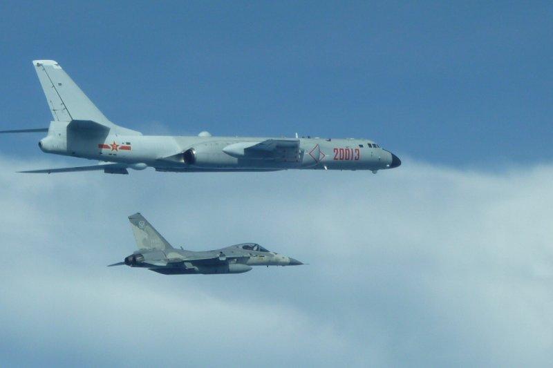 中國轟6戰機繞台,我方經國號戰機近距離伴隨監控。
