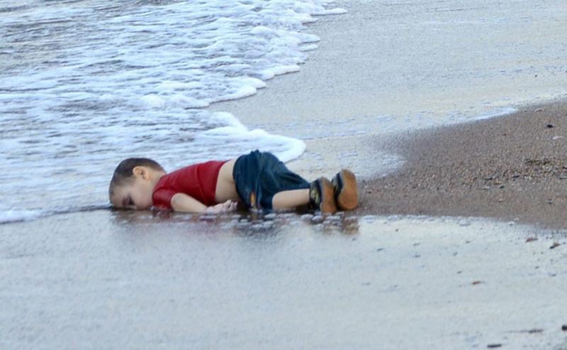 三歲的敘利亞難民小艾倫(Aylan Kurdi)被沖上海灘,成了敘利亞難民危機中最具象徵性的影像之一。(東方IC)
