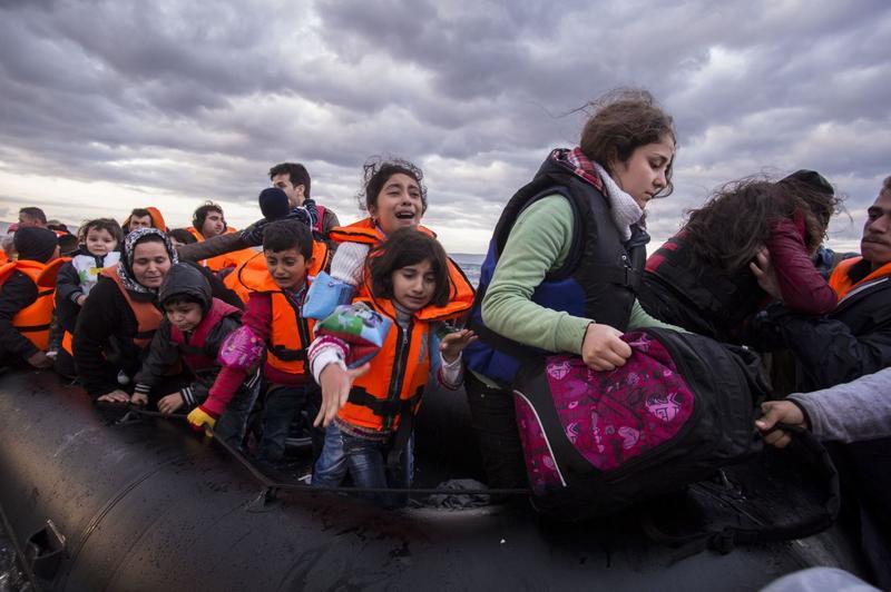 這世界常漠視大規模暴行,以及人道災難,原來是「心理麻痺」的機制作祟。圖為2015年10月間,敘利亞難民冒著生命危機,從土耳其搭乘充氣筏抵達希臘。(東方IC)