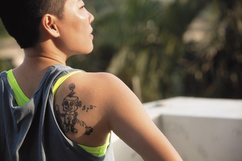 背部的刺青圖樣,是自己手繪設計,掉了發條的機器人,象徵著過動症的自己。