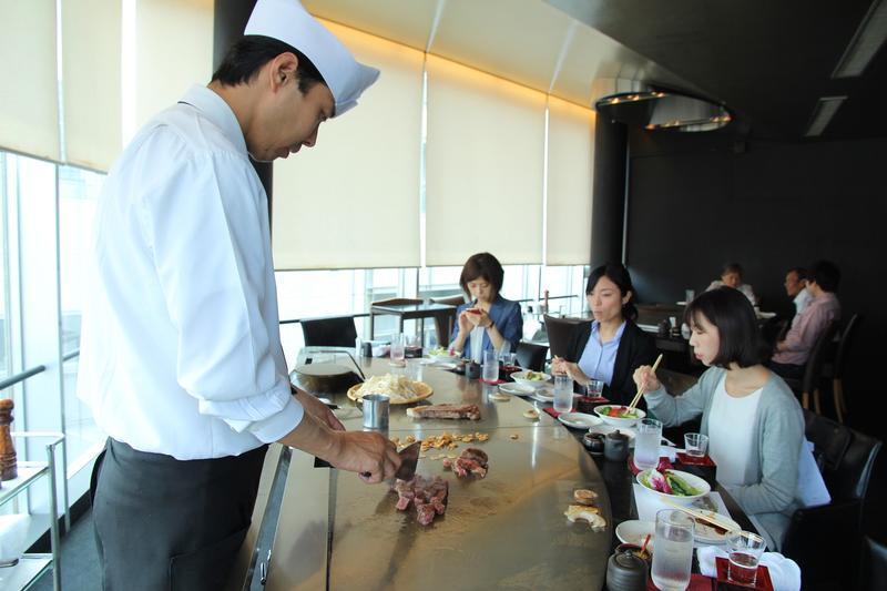 來到日本神戶吃鐵板燒牛排,是許多旅客必做之事。