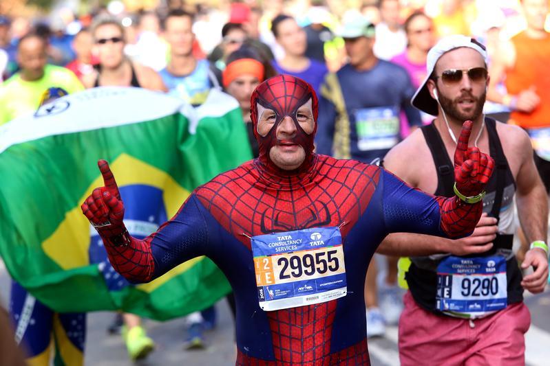 運動場上的超人們看似無所不能,但他們是否也有憋尿的難言之隱?圖為2016年紐約馬拉松賽,一名穿著蜘蛛人裝的參賽者。(東方IC)