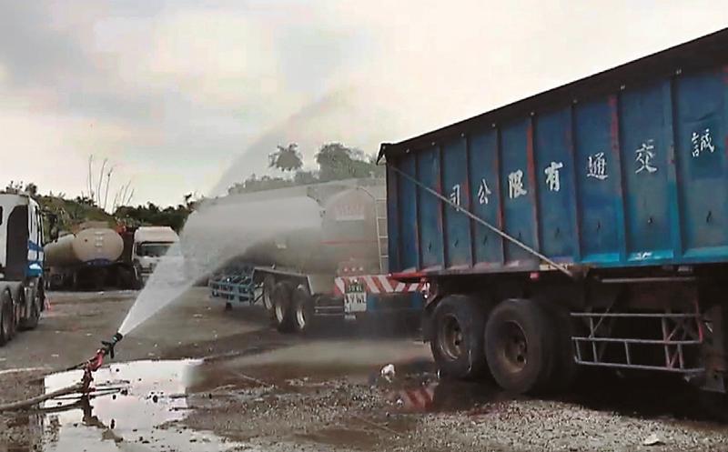 化學槽車外洩劇毒氣體,刺鼻臭味延綿3公里,讓附近數十位居民感到身體不適送醫。