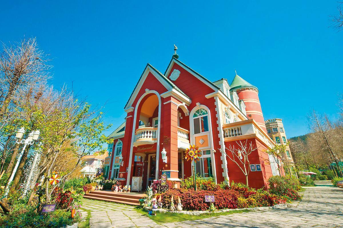 南投「歐莉葉荷城堡」標榜巴洛克風格,只核准4間房,但卻賣22間。(圖:翻攝自歐莉葉荷臉書)