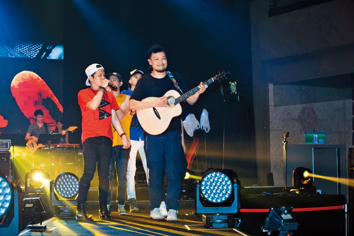 除了蘇打綠以外,阿福(右)也很關心本土樂團,日前為張三李四演唱會站台合唱。