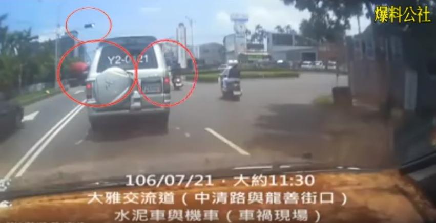 現場目擊者在爆料公社提供監視器畫面,戳破司機謊言。