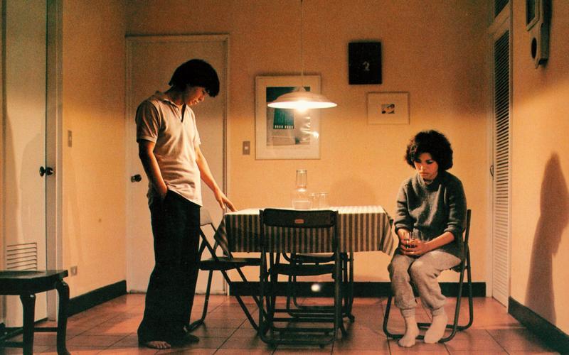 侯孝賢(左)與蔡琴主演的《青梅竹馬》清楚呈現導演楊德昌對台北城市變遷的犀利觀察。(傳影互動提供)