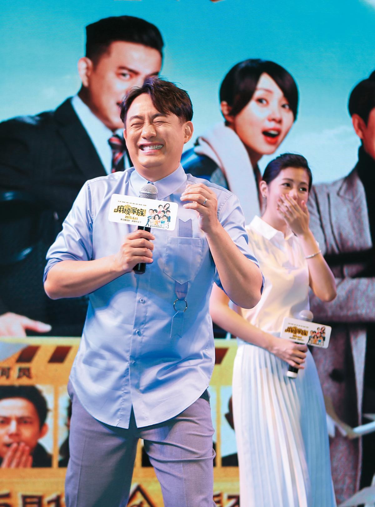 黃磊在自導自演電影《麻煩家族》發布會上使出渾身解數,盼拉抬作品聲勢,這次卻沒在其投資的電視劇《深夜食堂》發布會出現,十分不尋常。(東方IC)
