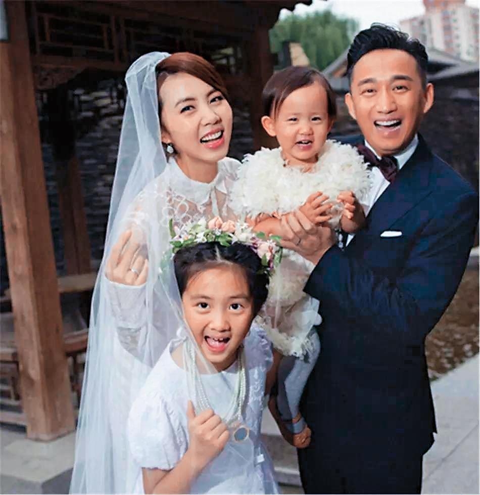 黃磊(右)和孫莉生的2個女兒都漂亮有禮貌,一家四口本已溫馨令人羨慕,今年再添兒子,兒女雙全,非常圓滿。(翻攝自網路)