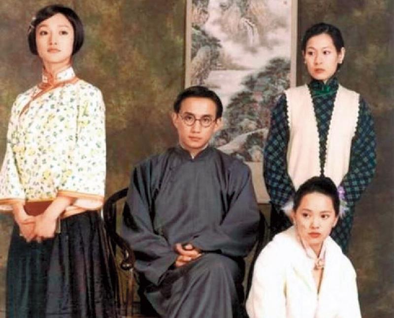 《人間四月天》當時邀得周迅(左起)、黃磊、劉若英和伊能靜(前)演出,紅極一時,其中黃磊扮演的徐志摩,更令無數粉絲傾心。(翻攝自網路)