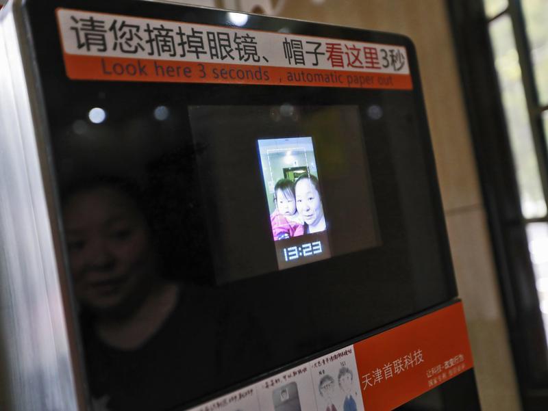 2017年4月4日,北京天壇公園為規範遊客使用廁紙,試點使用「人臉識別廁紙機」。(東方IC)