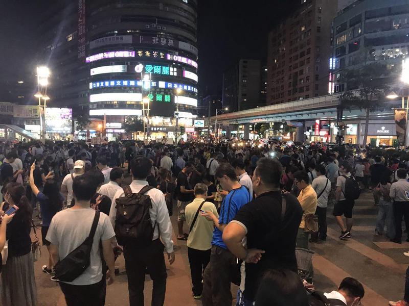 傳奇寶可夢限時出沒,台北市東區湧現抓寶人潮。(攝影∣段子薇)