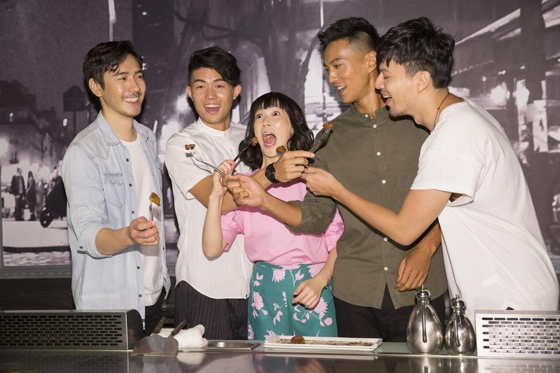 演員們在《五味八珍的歲月》宣傳活動上煎牛排,煎完後開心吃了起來。圖左為扮演傅培梅老公的李至正。