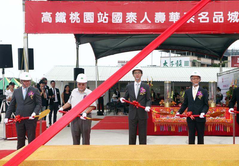華泰大飯店執行長陳炯福(左一)以「有錢賺」說服好友蔡宗翰(左三),攜手打造台灣OUTLET龍頭華泰名品城。圖為資料照