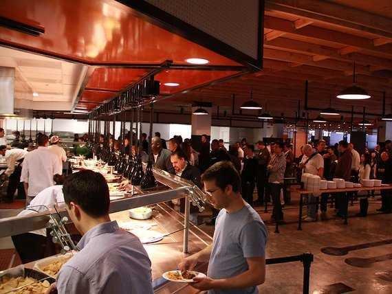 臉書在舊金山灣區門洛帕克(Menlo Park)的總部有超過9000員工,員工餐廳是公司提供的一大福利。(翻攝fast company網站)