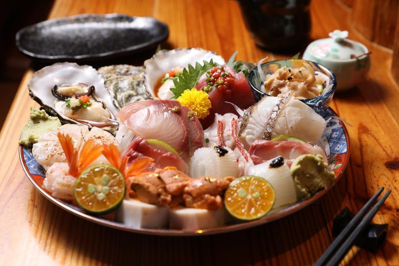 先聲奪人的「生魚片」,盤中是兩人份,拍攝當天足足有11樣食材。(2,000元套餐菜色)