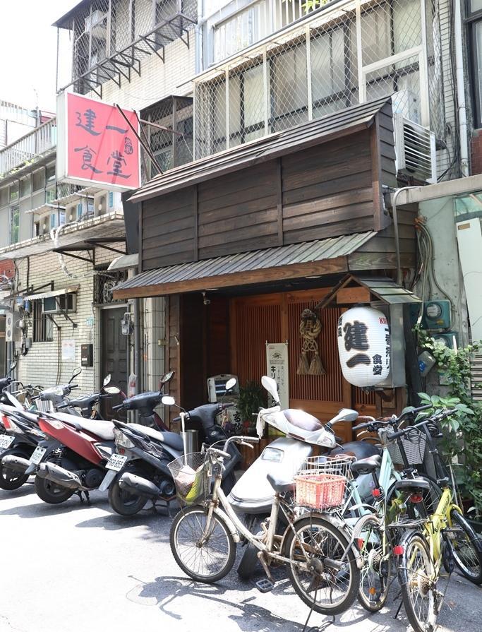 酒香不怕巷子深,「微風建一食堂」開在巷內是為了減少房租成本,生意依舊搶搶滾。