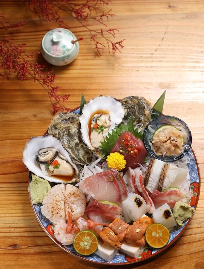 2人份的「生魚片」超級澎湃,還有醃漬、炙燒等口味變化。(2,000元套餐菜色)
