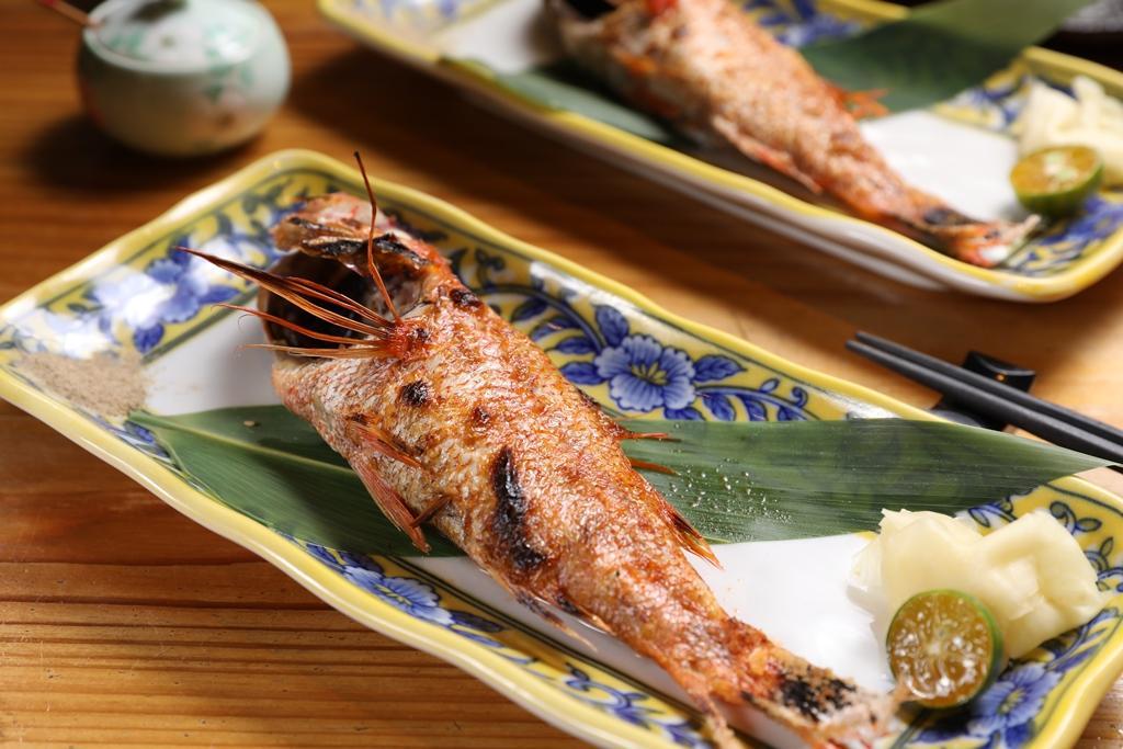 劉建成堅持烤魚要用油脂度與肉質細嫩度都最好的「紅喉」,每種價位套餐都有,差別只在斤兩。(2,000元套餐菜色)
