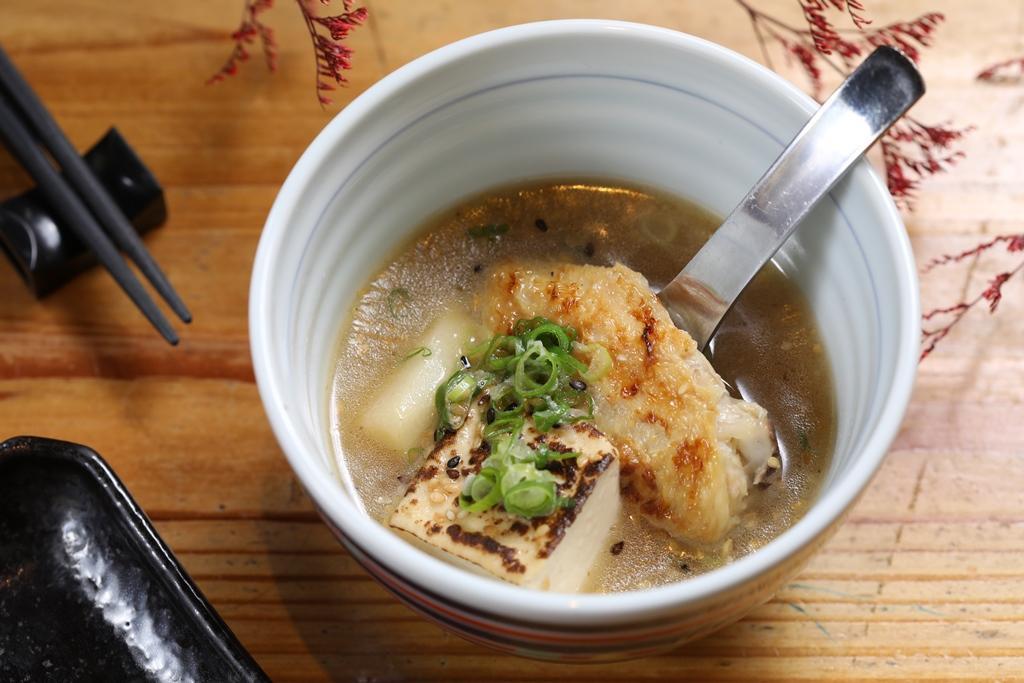 湯品看來樸素,卻是用熬了好幾小時的雞湯製作。(2,000元套餐菜色)