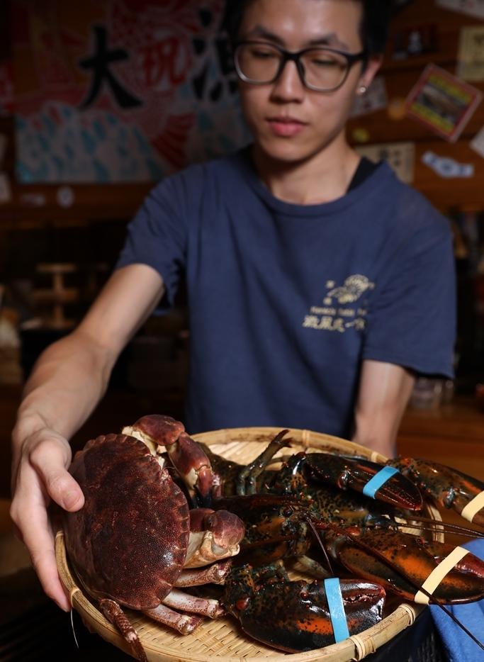 波士頓龍蝦、螃蟹都是活跳跳到貨。