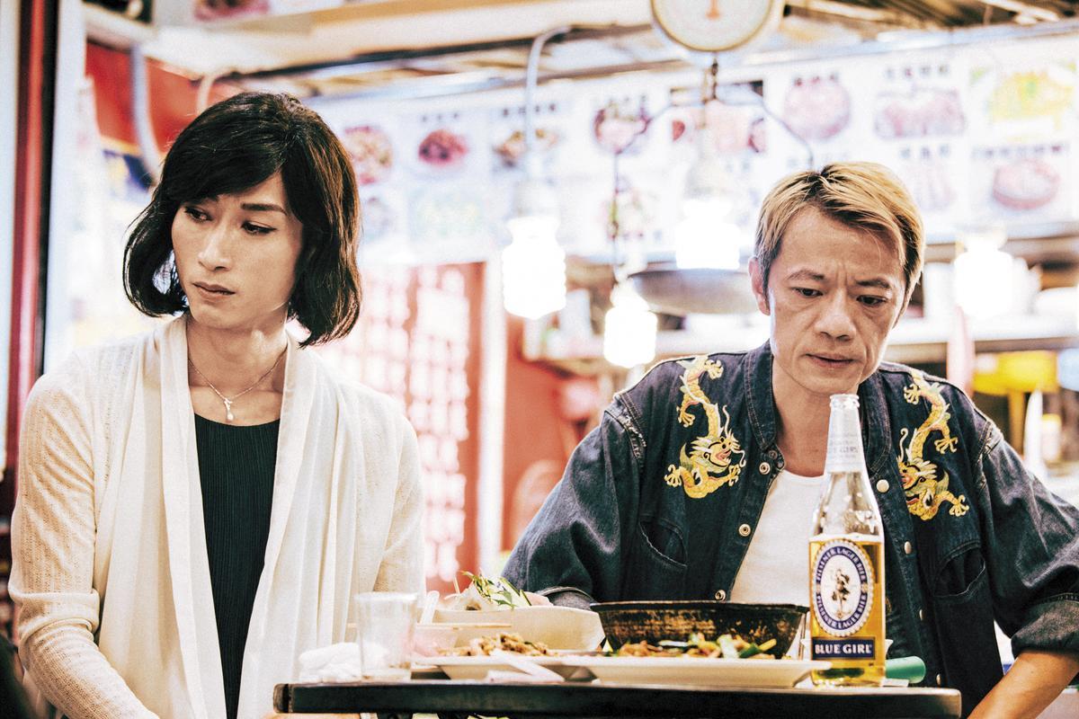 陳竹昇(左)與吳朋奉(右)兩位金獎演員在片中的逗趣對話,都是導演採訪變性領域專家得來的知識。(蔓菲聯爾提供)