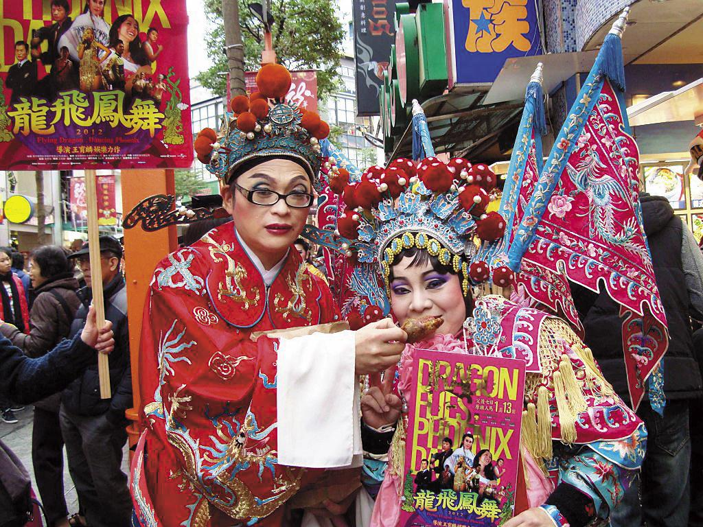 王育麟(左)不僅2012年為籌拍電影《龍飛鳳舞》拿房產抵押,還變裝上街宣傳衝票房,相當犧牲。