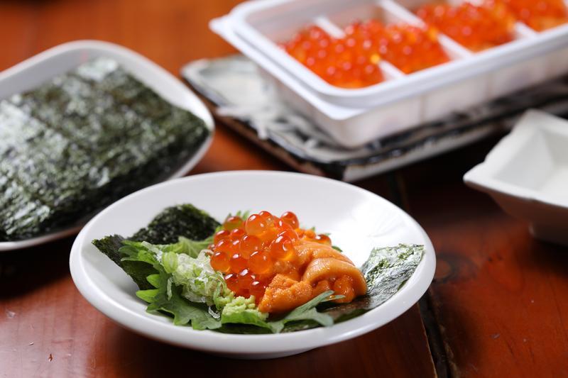 「海膽」是一整盒上桌,裡頭滿滿兩層海膽,上面是鮭魚卵,自己動手包著吃,很大器。(800元/份)