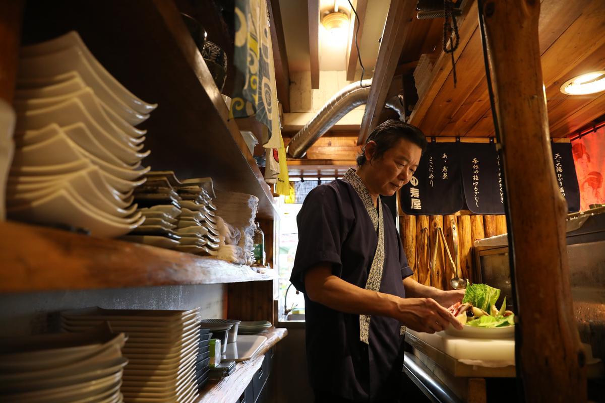 老闆江煒傑數十年如一日,守護老店味道,料理台清潔度更是一等一。