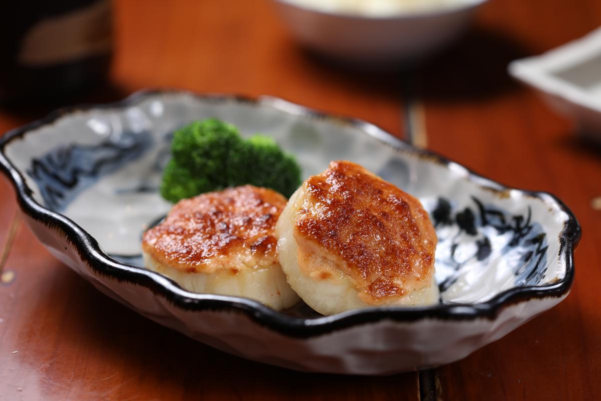 別具鹹香滋味的「干貝」,加了明太子美乃滋燒烤。(依大小計價,約180〜200元/顆)