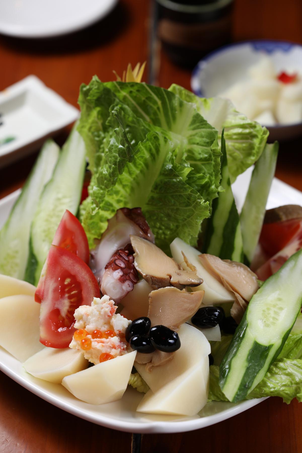 造型立體的「招牌沙拉」共有9種食材,自製滷鮑魚、清燙章魚、馬鈴薯沙拉都好吃,夏天還會加上冷筍。(400元/小份、600元/大份)