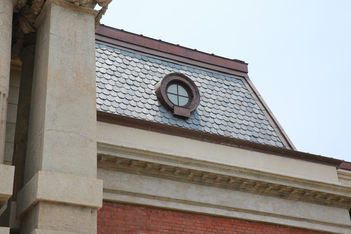 五角形的馬薩式屋頂,是19世紀歐洲經典的建築手法。