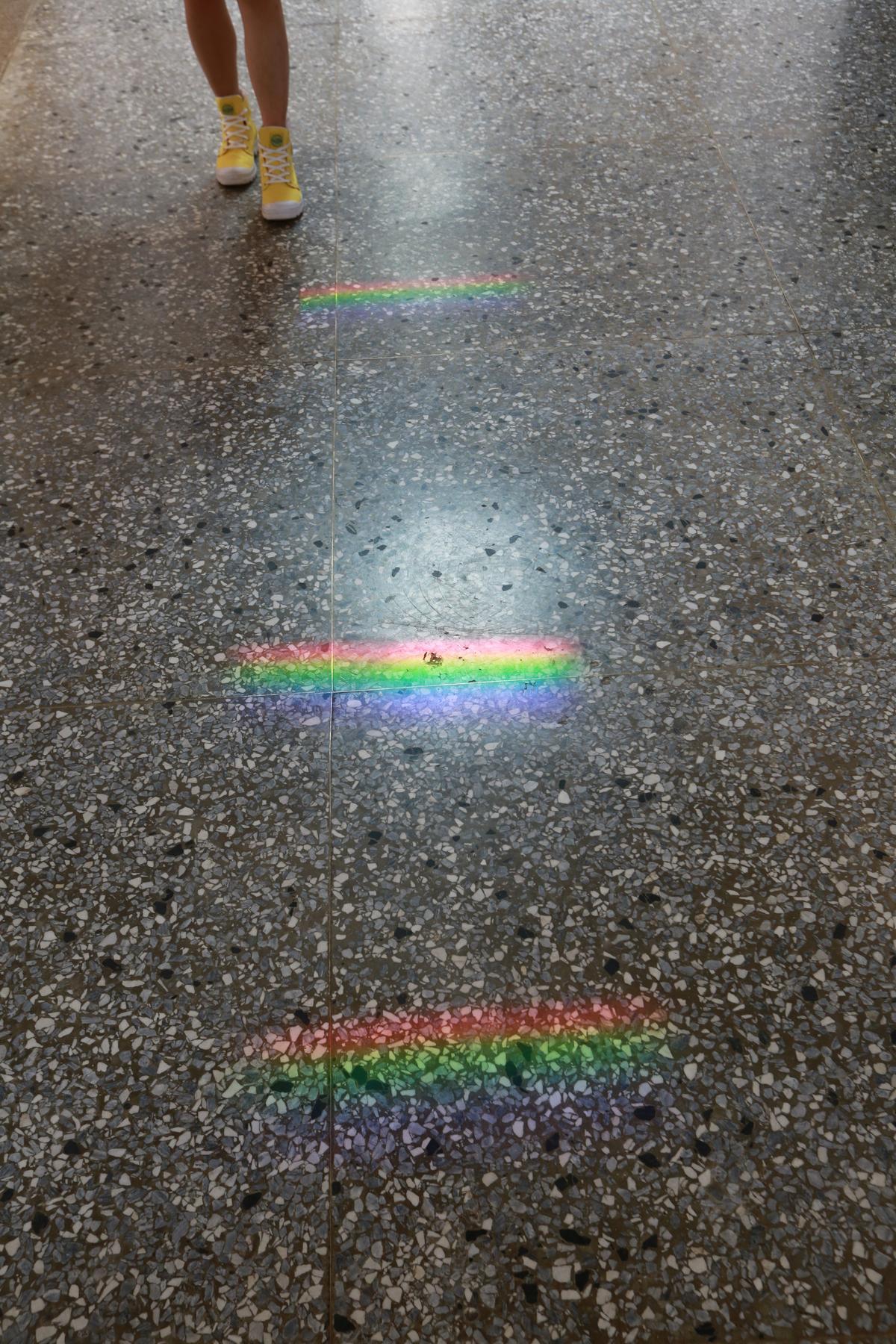 導覽大叔笑說,這條廊道叫彩虹走廊。