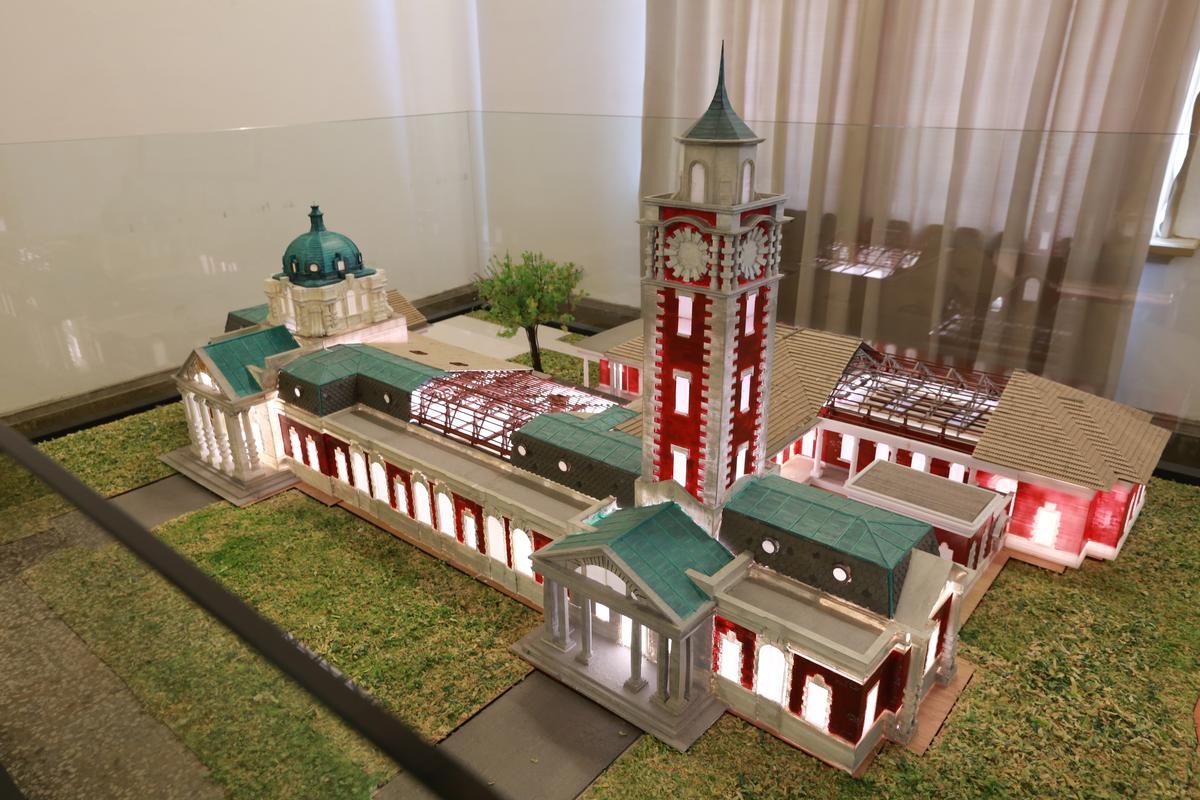 從法院建築模型,可見當年高塔樣貌。