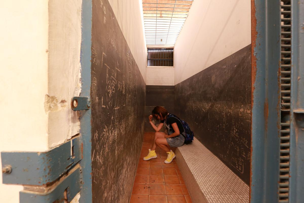 拘留所只有靠牆座位和牆後的馬桶。
