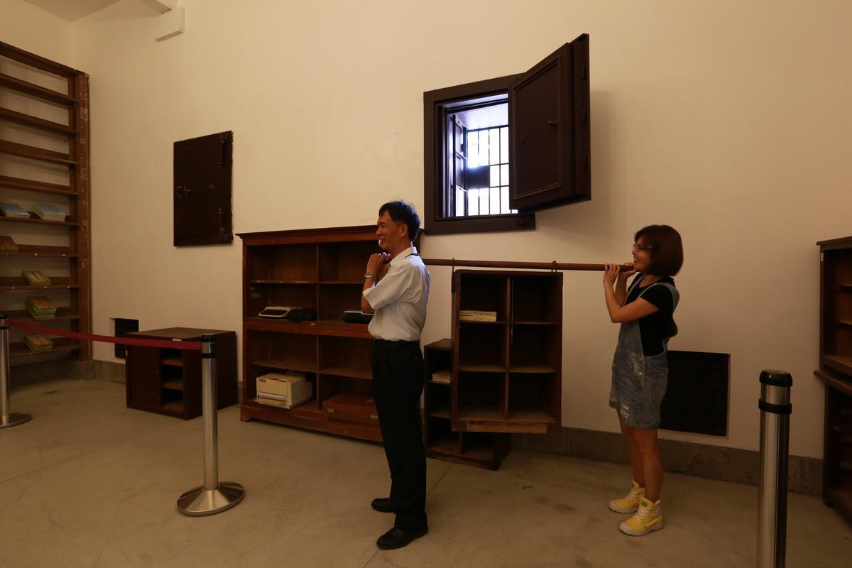 這個行動式木櫃是當年運送判決書和卷宗。